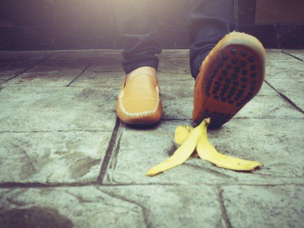 Prečo sa (ne) kĺžeme po banánovej šupke?